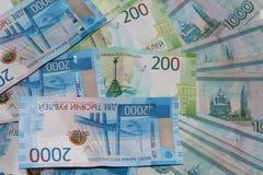 Russisches Geld liegt auf einem weißen Hintergrund stockbild