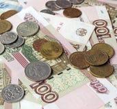 Russisches Geld (Papier und Münze) auf dem Tisch Draufsicht Stockbilder