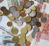 Russisches Geld (Papier und Münze) auf dem Tisch Draufsicht Stockfoto