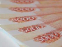 Russisches Geld 5000 Rubel auf einem weißen Hintergrund Lizenzfreie Stockfotos