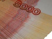 Russisches Geld 5000 Rubel auf einem weißen Hintergrund Stockfotos