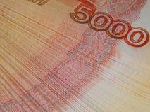 Russisches Geld 5000 Rubel auf einem weißen Hintergrund Stockbilder