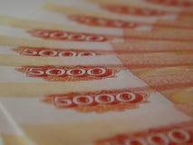 Russisches Geld 5000 Rubel auf einem weißen Hintergrund Lizenzfreie Stockfotografie