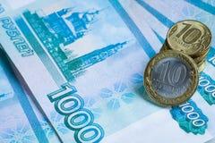 Russisches Geld von 1000 Tausende-Rubeln mit Münzen Stockbilder