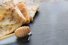 Russisches geschmackvolles blin oder Pfannkuchen Traditionelles Morgenlebensmittel Kopieren Sie Raum für Text Lizenzfreie Stockbilder