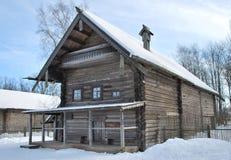 Russisches hölzernes Bauernhaus Stockbild