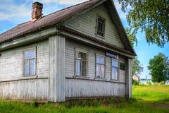 Russisches Holzhaus in Staraya Sloboda, Russland Auf der Front sind die Wörter Stockbild