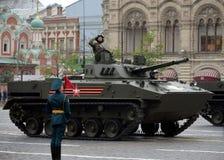 Russisches Kampffahrzeug für das Transportieren von Fallschirmjägern von zerstreuten Truppen BMD-4 während der Hauptprobe Victory stockbild