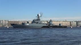 Russisches kleines U-Boot-Abwehrschiff ` Urengoy-` auf dem Fluss Neva an einem sonnigen Nachmittag St Petersburg, Russland stock footage