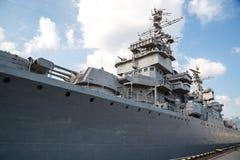 Russisches Kriegsschiff auf dem Pier lizenzfreies stockfoto