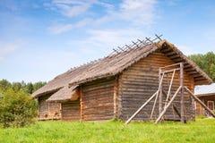 Russisches ländliches hölzernes Architekturbeispiel, alte Scheunen Stockbilder