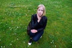 Russisches Mädchen, das im Park aufwirft Lizenzfreie Stockbilder