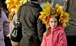 Russisches Mädchen, das traditionelles Vynok bei Autumn Holiday trägt stockfotografie