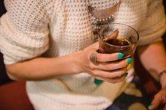 Russisches Mädchen trinkt Kaffee in einem Café mit einem Laptop Stockbilder