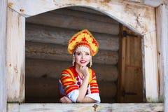 Russisches Mädchen in einem kokoshnik Stockfotografie