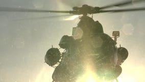 Russisches Mi-8 entfernt sich stock video footage