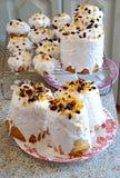 Russisches Ostern-Brot Kulich mit getrockneten Aprikosen und Rosinen lizenzfreie stockbilder