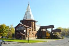 Russisches Restaurant Hölzerne Gebäudezeltart Schneeflocke auf dem Kirchturm Lizenzfreies Stockbild