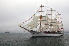 Russisches Segelschiff Nadezhda mit ausgestreckten Segeln. Stockbild