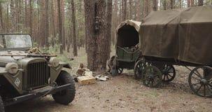 Russisches sowjetisches des Zweiten Weltkrieges Auto des Allradantrieb-Armee-LKW-Gaz-67 Ausrüstung in der Waldwwii der roten Arme stock video