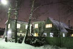 Russisches Winterhaus lizenzfreie stockbilder