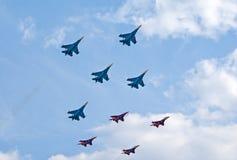 Russkie Vityazi und Strizhi Teams fliegen zusammen Stockfoto