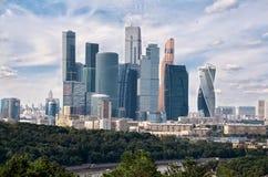 Russland Ansicht der Moskau-Stadt mit den Vorobyovy-Hügeln in Moskau 20. Juni 2016 Lizenzfreie Stockfotos