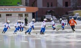 RUSSLAND, ARKHANGELSK - 14. DEZEMBER 2014: die Hockey-Liga der 1. Stadiumskinder gekrümmt, Russland Stockfotografie