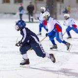 RUSSLAND, ARKHANGELSK - 14. DEZEMBER 2014: die Hockey-Liga der 1. Stadiumskinder gekrümmt, Russland Stockfotos