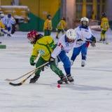 RUSSLAND, ARKHANGELSK - 14. DEZEMBER 2014: die Hockey-Liga der 1. Stadiumskinder gekrümmt, Russland Lizenzfreies Stockbild