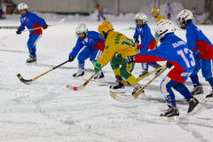 RUSSLAND, ARKHANGELSK - 14. DEZEMBER 2014: die Hockey-Liga der 1. Stadiumskinder gekrümmt, Russland Stockbild
