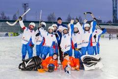 RUSSLAND, ARKHANGELSK - 14. DEZEMBER 2014: die Hockey-Liga der 1. Stadiumskinder gekrümmt, Russland Lizenzfreies Stockfoto