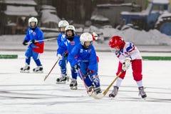 RUSSLAND, ARKHANGELSK - 14. DEZEMBER 2014: die Hockey-Liga der 1. Stadiumskinder gekrümmt, Russland Lizenzfreie Stockfotos