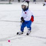 RUSSLAND, ARKHANGELSK - 14. DEZEMBER 2014: die Hockey-Liga der 1. Stadiumskinder gekrümmt, Russland Lizenzfreie Stockfotografie