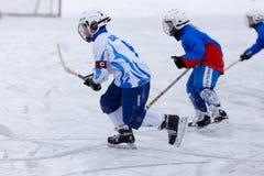 RUSSLAND, ARKHANGELSK - 14. DEZEMBER 2014: die Hockey-Liga der 1. Stadiumskinder gekrümmt, Russland Stockfoto
