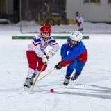 RUSSLAND, ARKHANGELSK - 14. DEZEMBER 2014: die Hockey-Liga der 1. Stadiumskinder gekrümmt, Russland Lizenzfreie Stockbilder