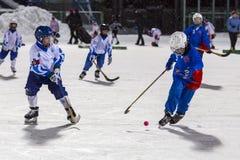 RUSSLAND, ARKHANGELSK - 14. DEZEMBER 2014: die Hockey-Liga der 1. Stadiumskinder gekrümmt, Russland Stockbilder