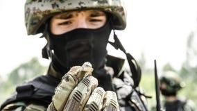 Russland, Belgorod, am 25. Juli 2016: Übungen von speziellen militärischen Einheiten stürmen Sie die gefangengenommene Basis auf  Lizenzfreie Stockbilder