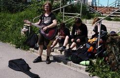 Russland Berezniki am 12. Juli 2017: Straßenmusiker, die auf der Straße singen Lizenzfreie Stockfotos