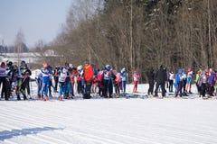 Russland Berezniki am 11. März 2018: eine Gruppe Skifahrerathleten am Anfang während des Weltcupskilaufens lizenzfreies stockfoto