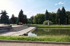 Russland Der Teich nahe dem Gebäude von Moskau-staatlicher Universität auf Vorobyovy-Hügeln in Moskau 20. Juni 2016 Lizenzfreies Stockfoto
