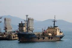 Russland. Die Ölstation im Nakhodka-Seehafen stockfotografie