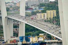 Russland, die Brücke über der goldenen Hornbucht in Wladiwostok Stockfotografie