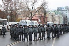 Russland. Eine Polizeischnur auf Massendemonstration Stockbild