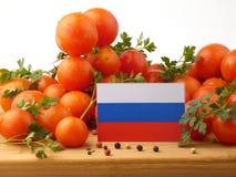 Russland-Flagge auf einer Holzverkleidung mit den Tomaten lokalisiert auf einem Weiß Lizenzfreies Stockbild