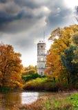 Russland, Gatchina, heller Herbstbaum im Park nahe einem Palast. Stadtbild Lizenzfreie Stockfotografie