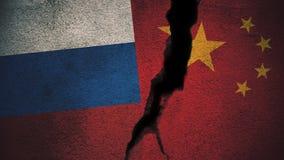 Russland gegen China-Flaggen auf gebrochener Wand Stockfotografie