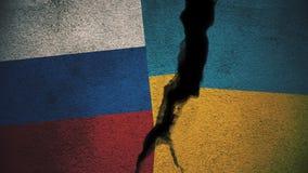 Russland gegen Ukraine-Flaggen auf gebrochener Wand Stockbild