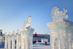 Russland, Izhevsk - 28. Januar 2017: Eisskulpturen von Löwen stehen im zentralen Platz Lizenzfreie Stockfotografie