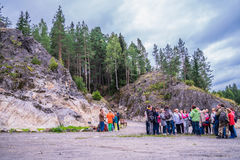 Russland, Karelien, Lahdenpohja, im August 2016: Touristen nahe dem Militärmuseum Berg Filin stockfotos